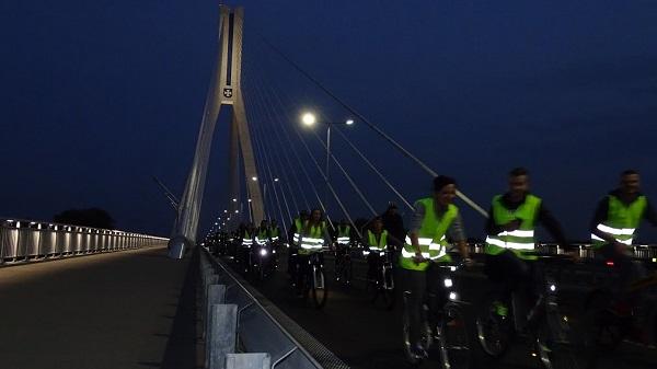 Rowerzyści na moście w Rzeszowie